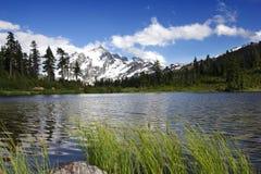 Montagem Shuksan e lago picture fotos de stock