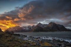 Montagem Stortinden em Lofoten imagem de stock royalty free