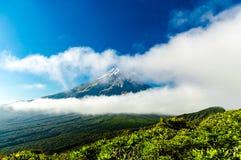 Montagem Taranaki escondido atrás das nuvens Imagens de Stock Royalty Free