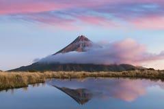 Montagem Taranaki sob o céu azul Volcano Reflection no lago Nova Zelândia Tarns na noite com cores bonitas do por do sol foto de stock royalty free