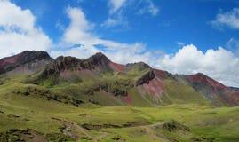 Montagem vermelha da rocha e monte verde no Peru fotos de stock royalty free