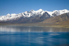 Montagem Xixiabangma com um lago Fotos de Stock Royalty Free