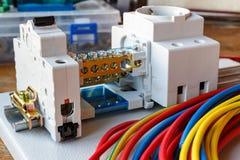 Montageplatte mit installierten elektrischen Komponenten und Drähten Stockfotografie