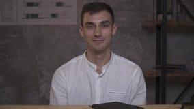 Montagevideoen, lyckliga anställda sitter i kontoret stock video