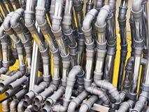 Montaggi del PVC e tubi del metallo per il sistema di fognatura dell'acqua Fotografia Stock