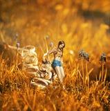 Montaggio creativo di immagine con la ragazza vicino alla scarpa gigante Fotografia Stock Libera da Diritti