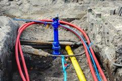 Montaggio dei cavi e dei tubi sotterranei nel contro residenziale Fotografie Stock