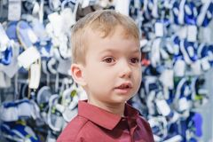 Montaggio del bambino del bambino del ragazzo di negozio retail immagine stock libera da diritti