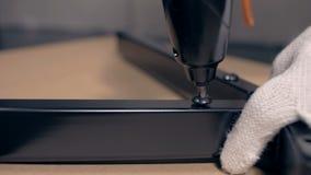 Montaggio dell'artigiano di sedia girevole con il cacciavite senza cordone video d archivio