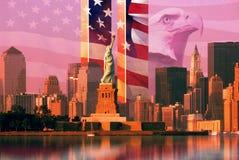 Montaggio della foto: Bandiera americana ed aquila, World Trade Center, statua della libertà Immagine Stock