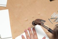 Montaggio della mobilia, primo piano del martello a disposizione immagine stock