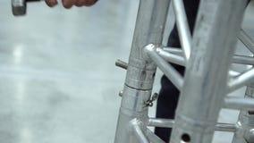 Montaggio delle costruzioni metalliche Installazione della costruzione del metallo per segnare il perno con un martello archivi video