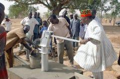 Montaggio di una pompa in Burkina Faso Immagine Stock Libera da Diritti