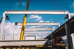Montaggio industriale delle colate prefabbricate del cemento Colonne e fascio, dettagli industriali della gru fotografia stock libera da diritti