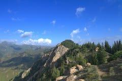 Montagna accanto al lago Sailimu Fotografie Stock Libere da Diritti