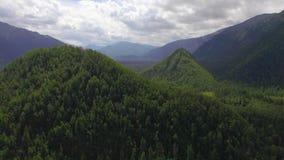 Montagna aerea di Photography Paesaggio celeste del paesaggio con un lago della montagna in Siberia vicino al lago Baikal Lago ca video d archivio
