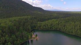 Montagna aerea di Photography Paesaggio celeste del paesaggio con un lago della montagna in Siberia vicino al lago Baikal Lago ca archivi video