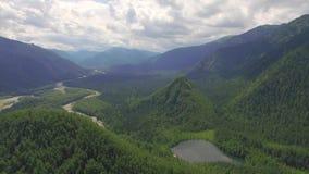 Montagna aerea di Photography Paesaggio celeste del paesaggio con un lago della montagna in Siberia vicino al lago Baikal Lago ca stock footage
