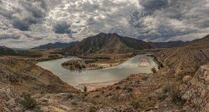 Montagna Altai Il fiume di Chuya sfocia nel fiume di Katun Immagini Stock Libere da Diritti