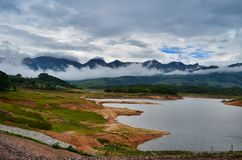 Montagna attraente naturale con il paesaggio della foschia immagine stock libera da diritti
