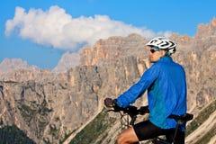 Montagna che biking nelle alpi europee Immagini Stock Libere da Diritti