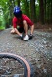 Montagna che biking in una foresta Immagine Stock