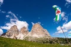 montagna che fa un'escursione Sella in Val Gardena con il gruppo di Sella Immagini Stock Libere da Diritti