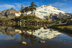 Montagna che riflette dal lago Fotografia Stock