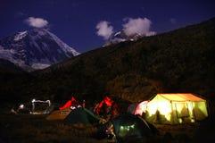Montagna che si accampa alla notte Fotografia Stock