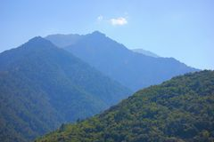 Montagna con cielo blu fotografia stock libera da diritti