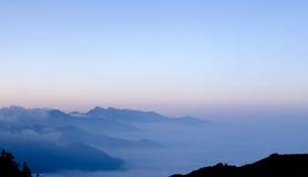 Montagna con cielo blu Immagine Stock