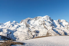 Montagna con cielo blu, alpi, Zermatt, Svizzera Fotografia Stock Libera da Diritti