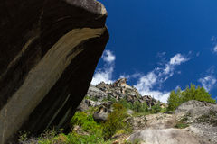 Montagna con cielo blu e le nubi Fotografie Stock