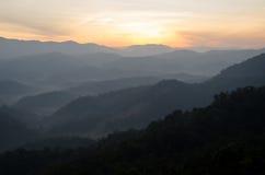 Montagna con foschia e luce dorata fotografia stock libera da diritti