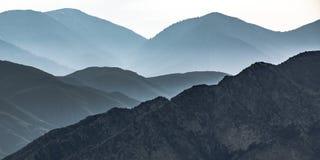 Montagna con i pendii ripidi in Ontario California immagini stock