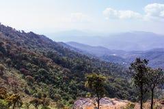 Montagna con il cielo nel inthanon di doi, Chiangmai Tailandia Fotografia Stock
