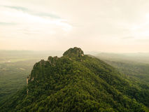 montagna con il fondo bianco del cielo Immagini Stock