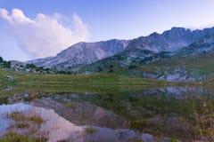 Montagna con il lago Immagini Stock
