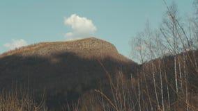 Montagna con il paesaggio del cielo blu e della nuvola stock footage