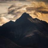 Montagna con la nuvola incombente Immagine Stock