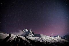 Montagna con la stella nella notte immagine stock libera da diritti