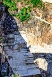 Montagna con le cave di marmo fotografia stock libera da diritti