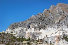 Montagna con le cave di marmo immagine stock