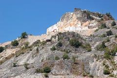 Montagna con le cave di marmo bianche Immagini Stock