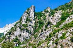 Montagna con le cave di marmo in montagne di Apennines fotografia stock libera da diritti