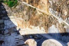 Montagna con le cave di marmo in montagne di Apennines fotografie stock libere da diritti