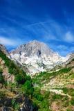 Montagna con le cave di marmo in montagne di Apennines fotografia stock