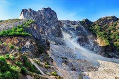 Montagna con le cave di marmo nei moutains di Apennines fotografia stock
