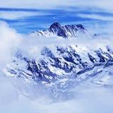 Montagna con le nuvole, Svizzera delle alpi Immagine Stock