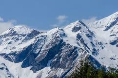 montagna con le rocce e la neve Immagini Stock Libere da Diritti